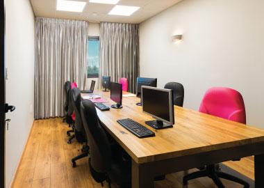 חלל עבודה שיתופי בו ניתן להשכיר כיסא בודד