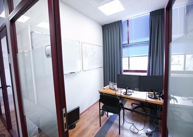 2p מזרח חלון - משרד קטן להשכרה