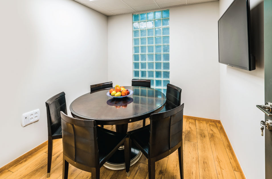 חדר ישיבות קטן להשכרה